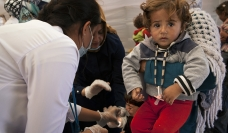 Des travailleurs et travailleuses de la santé prenant soin des réfugié-e-s