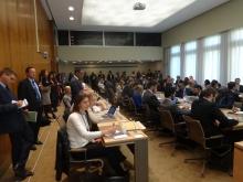 Más de 100 personas atendieron el panel de discusión. Todo asiento y cada rincón de la sala quedaron ocupados. Testimonio de las preocupaciones en aumento entorno al Acuerdo de Comercio de Servicios