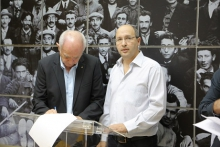 Histadrut Chairman, Avi Nissenkorn, and the Chairman of the Federation of Israeli Economic Organizations, Zvi Oren, signing the agreement