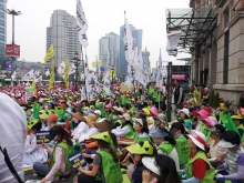 Hundreds of demonstrators for education support worker rights in Korea