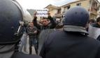 Un manifestant tient une pancarte sur laquelle est écrit « Dégage Boutef » (Abdelaziz Bouteflika) durant une manifestation appelant au boycott de l'élection présidentielle algérienne à Bejaia, le 5 avril 2014. (AP Photo/Sidali Djarboub)