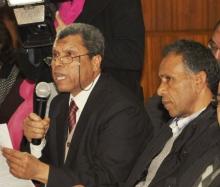 Mansour Cherni, à gauche, prend la parole