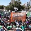 Les professionnel-le-s de santé en Argentine manifestent contre les coupes budgétaires dans les services de santé.