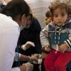 Profesionales de la salud cuidando de refugiados